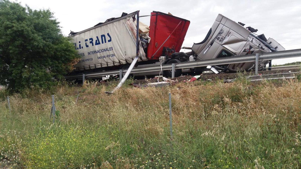 El impacto ha dejado reducido a chatarra los dos vehículos de gran tonelaje