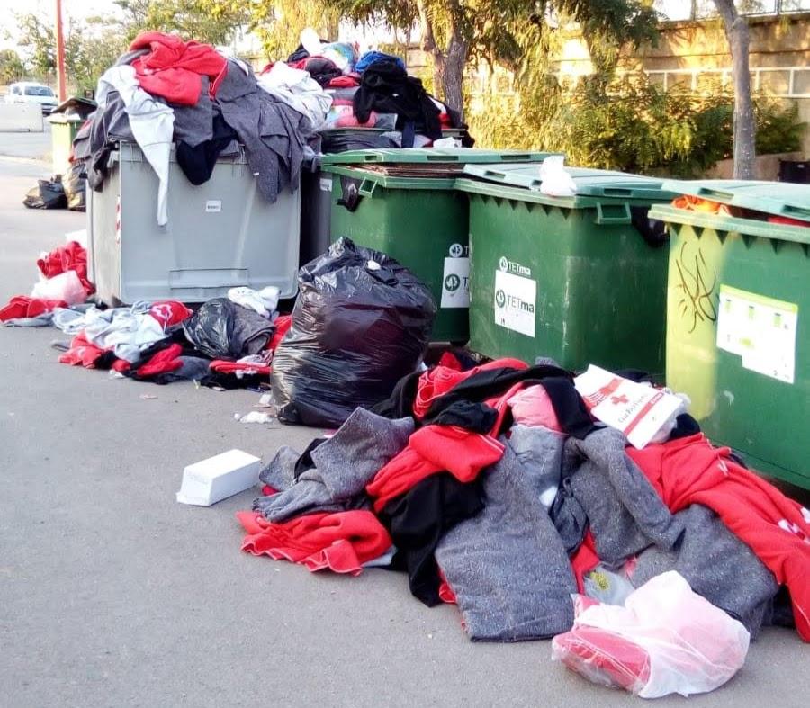 Imagen de los contenedores con la ropa de Cruz Roja