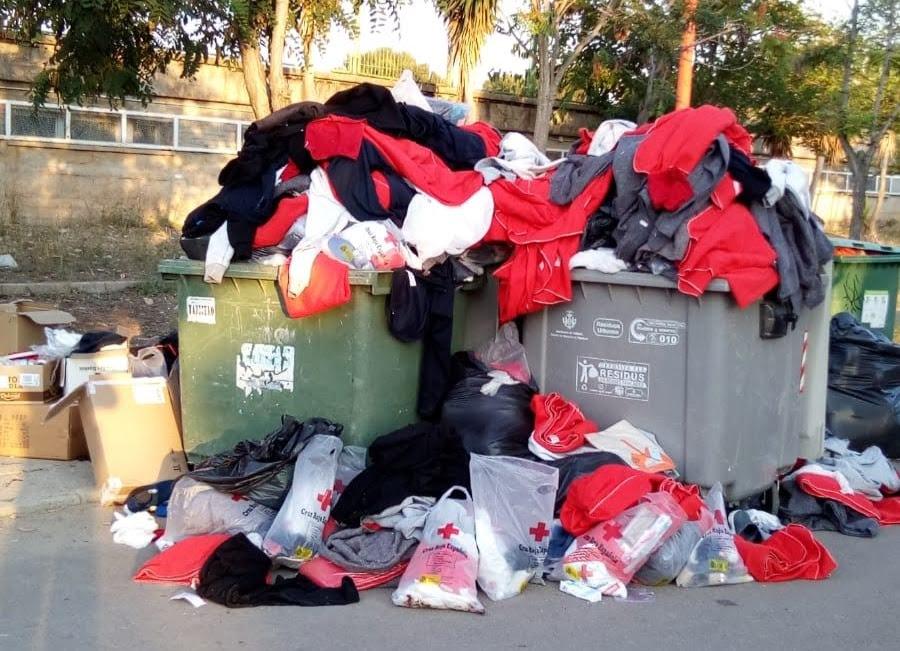 En los contenedores de basura se encuentran mantas y ropa