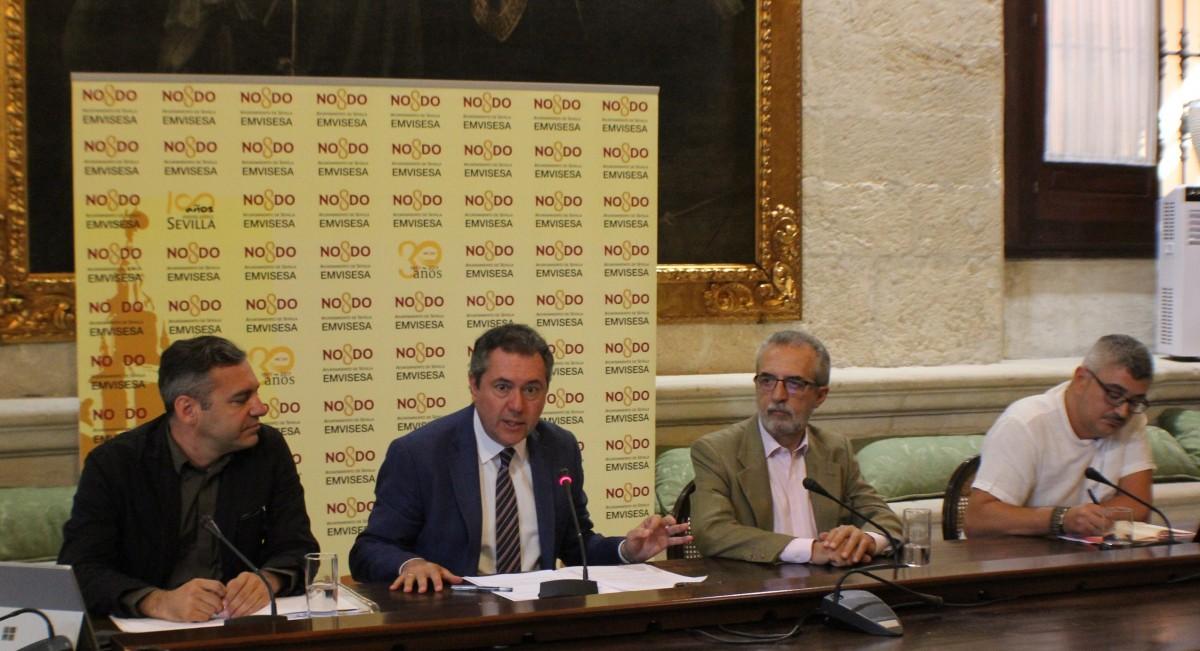 El alcalde, junto al delegado de Bienestar Social y el Gerente de Emvisesa, en el acto de presentación del Plan Municipal de Vivienda.