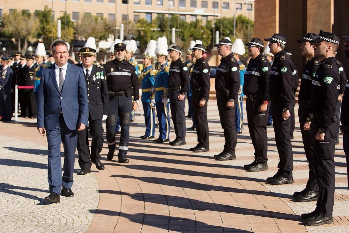 El alcalde pasa revista a una dotación de la Policia Local