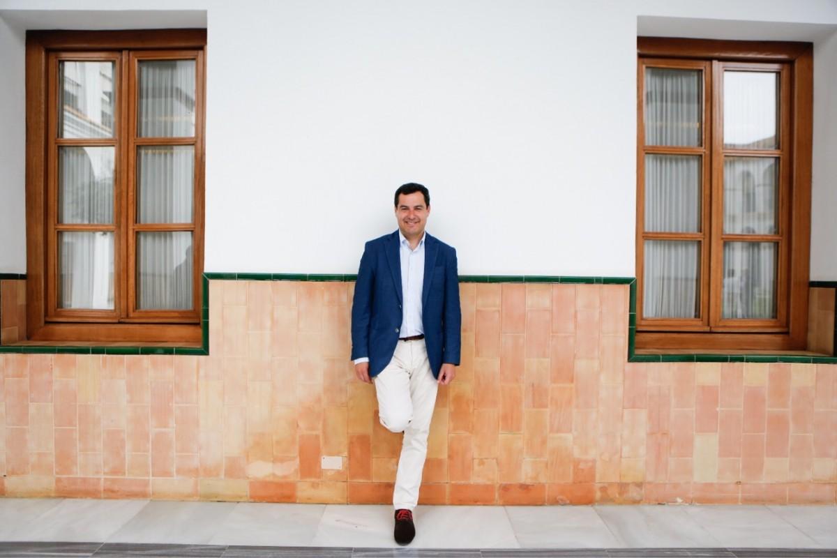 Juanma Moreno, en dependencias del Parlamento de Andalucía.