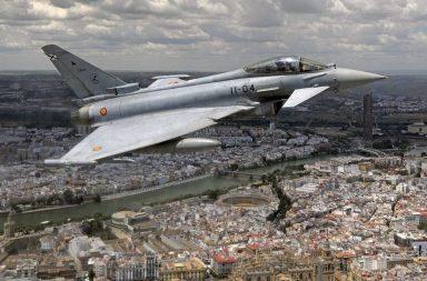 Un Eurofigther sobrevuela Sevilla