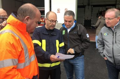 Elías Bendodo, presidente de la Diputación de Málaga, con los bomberos de Antequera