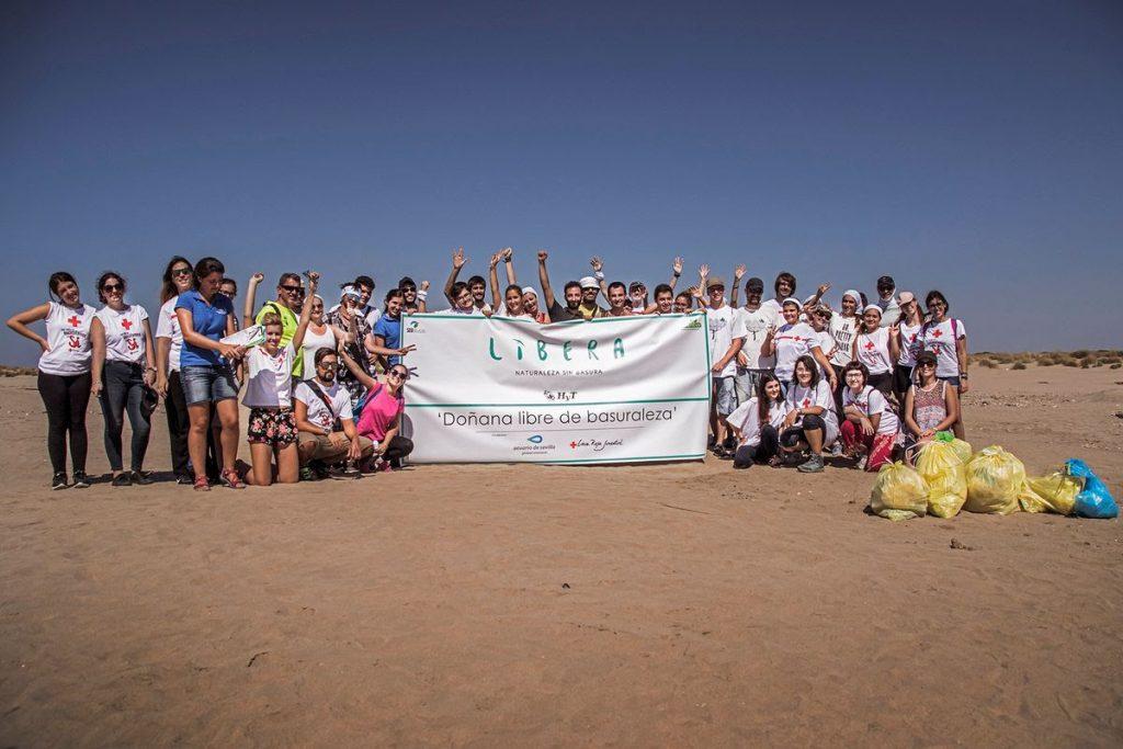 Voluntarios en la limpieza de Doñana