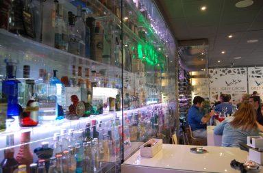 Escaparate de ginebras en el restaurante de Los Baltasares de Dos Hermanas