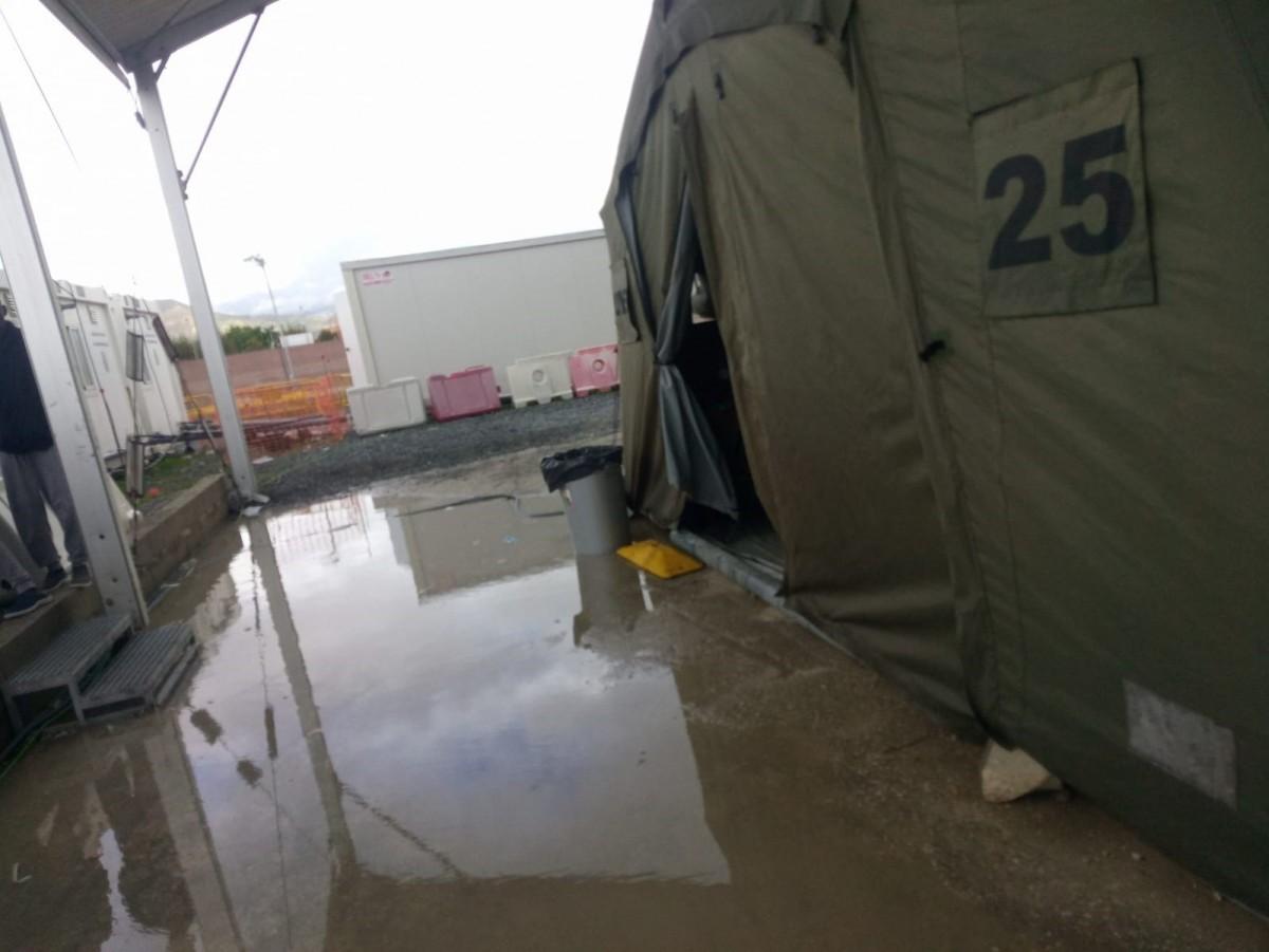 El campamento de inmigrantes anegado