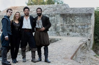 La alcaldesa de Alcalá con los protagonistas de La Peste