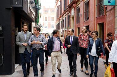 El portavoz de Ciudadanos en el Ayuntamiento en su visita al casco histórico
