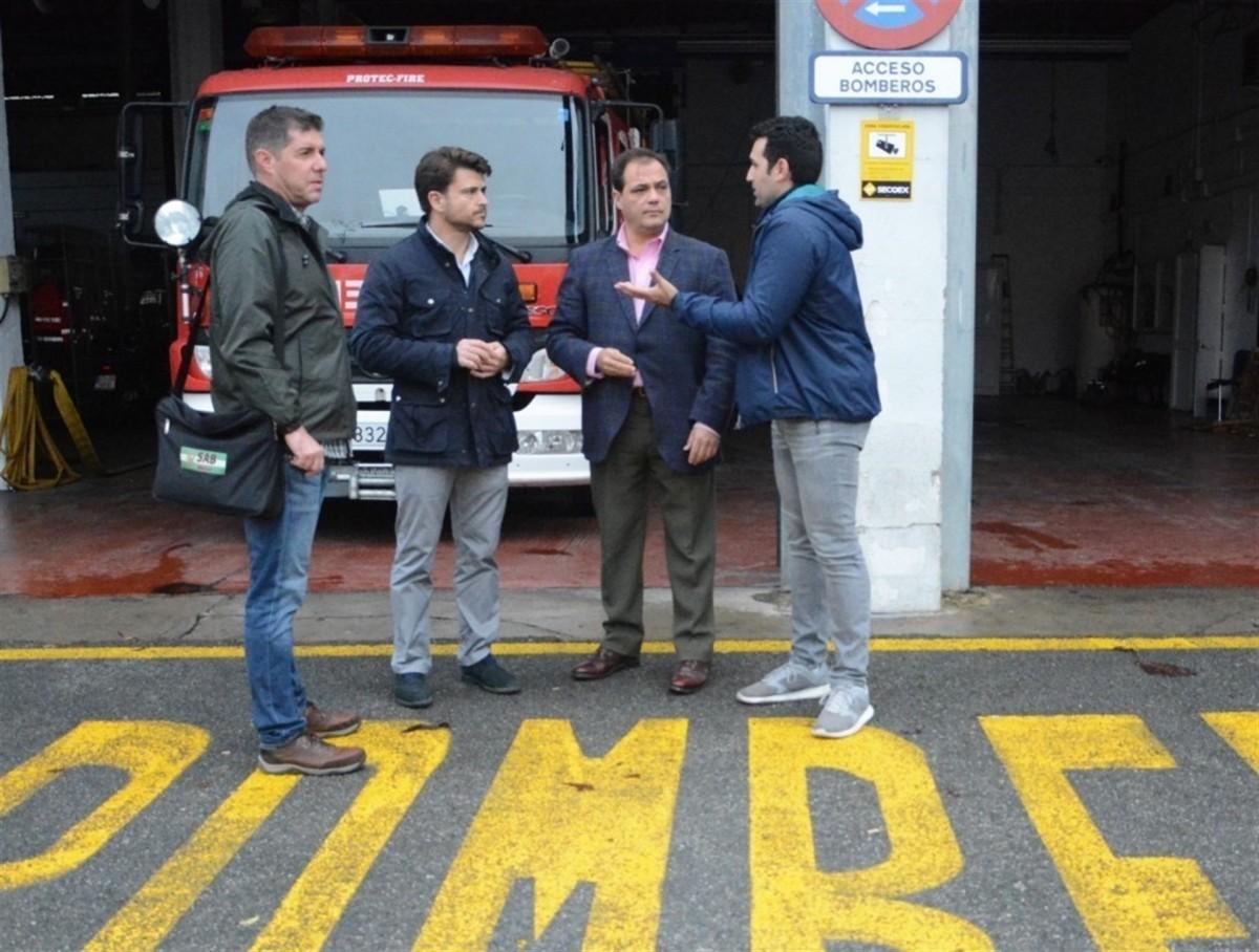 El PP con los bomberos de Pino Montano