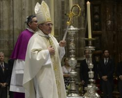 El obispo agua la fiesta