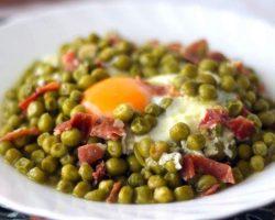 Guisantes con huevo y jamón