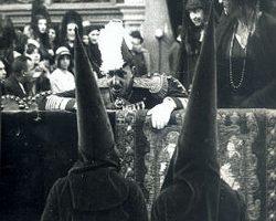 Se promueve el apoyo a la Monarquía por las hermandades sevillanas en general y las que ostentan el título de Real