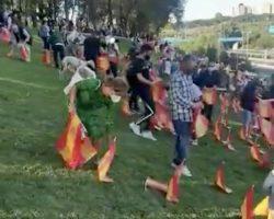 Vídeo. Retiran las banderas de España en homenaje a las víctimas del Covid de la M30 de Madrid