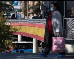 Una bandera de España como iluminación navideña desata el virus en Lo_País