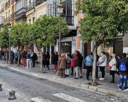 """Largas colas para ver la exposición """"In Nomine Dei. Patrimonio artístico de la Semana Santa de Sevilla"""""""