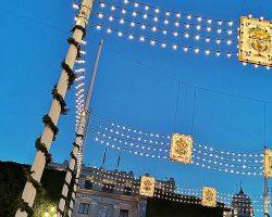 Alumbrado del centro de Sevilla en homenaje a la Feria de Abril suspendidaReportaje fotográfico histórico por Beatriz Galiano