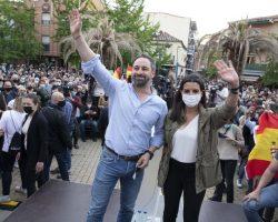Los comunistas podemitas, nerviosos y acorralados por los últimos datos del CIS, a pedradas en Vallecas contra un imparable VoxEl partido de Santiago Abascal pisa ya los talones al PP