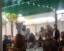 """""""A la playa, a la playa…!"""", le cantan a Moreno Bonilla al anunciar en un restaurante que acaba el confinamiento (Vídeo)"""