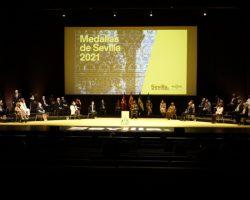 Sevilla entrega sus medallas y distincionesRubén Olmo y Matilde Coral como hijos predilectos
