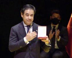 Vídeo. Entrega de la Medalla de Sevilla a la HosteleríaRecoge la Medalla Antonio Luque, presidente de la Asociación de Hosteleros de Sevilla y provincia