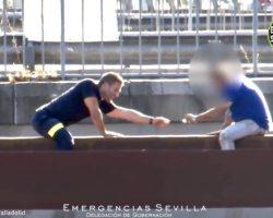 (Vídeo) Un bombero de Sevilla convence a un hombre para que bajase de una viga situada a unos cinco metros de altura