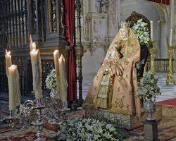 Veneración en sustitución del Besamanos a la Patrona de Sevilla y su Archidiócesis en la Seo de SevillaLos fieles se agolpaban para acudir al reencuentro más cercano, un agosto más, con la Virgen de los Reyes