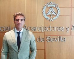 José Manuel Flores toma posesión como presidentedel Colegio de Aparejadores y Arquitectos Técnicos de SevillaRenueva su cargo como presidente con una amplia mayoría de votos