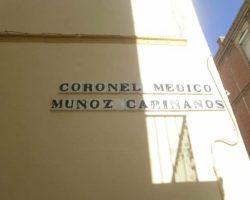 Desaparece el rótulo de la céntrica calle Coronel Doctor Muñoz Cariñanos, asesinado por ETA en 2000