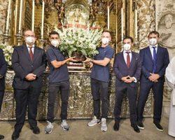 La ofrenda floral a la Virgen de los Reyes, íntima, privada y con la sexta Europa League del Sevilla FC